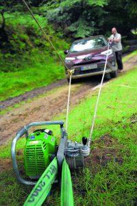 Das Fahrzeug steckt im Matsch oder im Graben. Offroadtrainer Michael Ortner zeigt, mit welchen Mitteln man das Auto wieder frei bekommt.